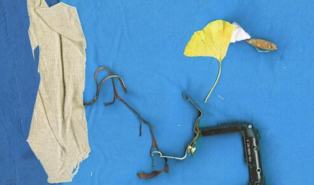 • Reto Pulfer, 'Aangespoelde spullen', een werk uit de serie 'Fabric Island'.