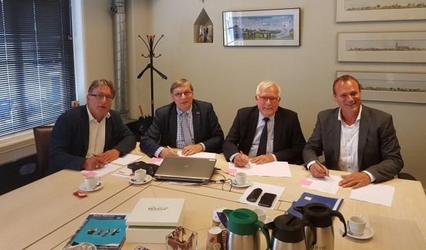 • De wethouders en directeur Theo te Beest van KWS Infra Utrecht bij de ondertekening.