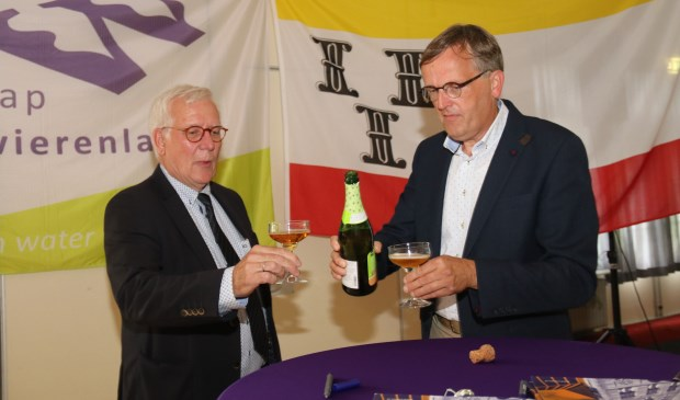 • Wethouder Harry van Tilburg en heemraad Goos den Hartog toosten op de nieuwe intentie-overeenkomst.