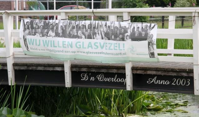 • Een spandoek van de Stichting Glasvezel Molenwaard.