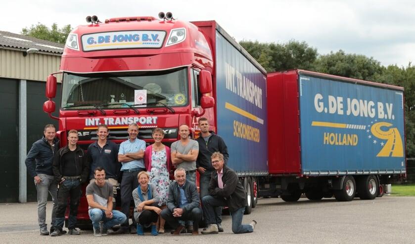 • Het hulptransport werd maandag door vrijwilligers geladen aan de Diefdijk in Schoonrewoerd.