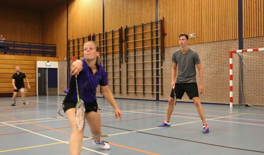 • Een van de mixdubbels van BC Leerdam in actie met Ans van 't Pad-Hoogdalem en Jelmer Agema.