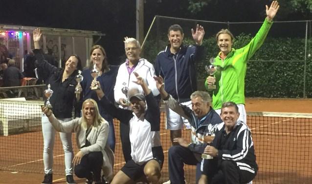• De clubkampioenen (senioren) vieren de winst.