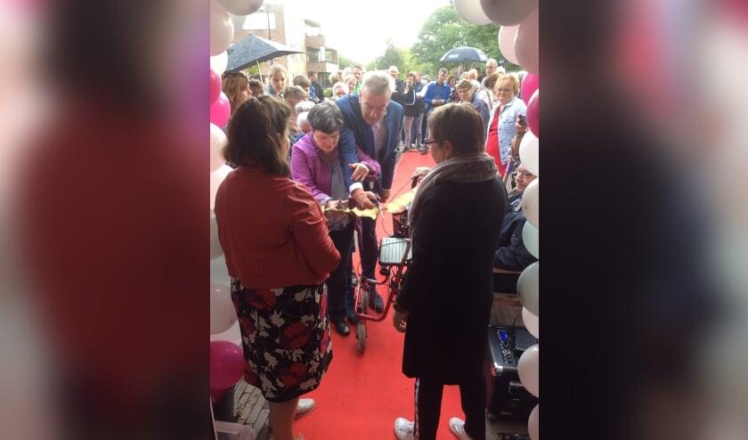 Burgemeester Naterop helpt een handje bij de opening.