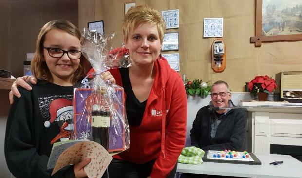 • Boukje was één van de winnaars van de bingo. Naast haar staat bestuurslid Wilma van de Werken.