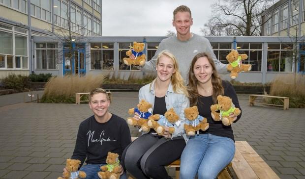 • De vier jonge ondernemers met de knuffelberen.