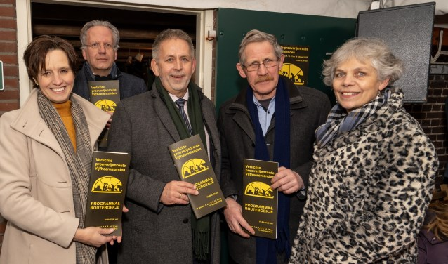 • Enkele betrokkenen bij verlichte proeverijenroute in de Vijfheerenlanden tonen de programmaboekjes.
