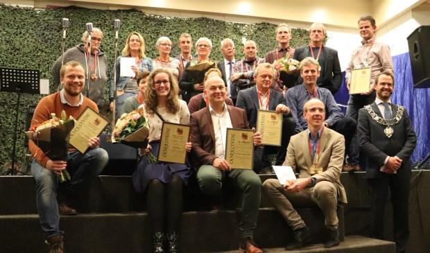 • Groepsfoto, met linksvoor de winnaars van de Jongerenaward.