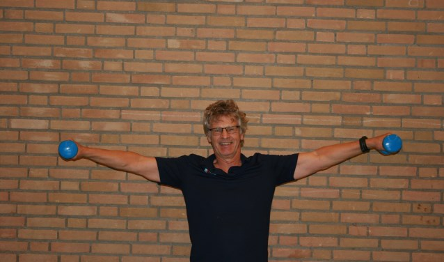 • Sportleraar Egbert Braam doet alle oefeningen mee.