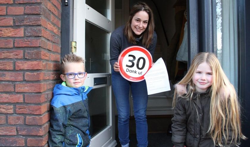 • Dex en Jill, allebei zes jaar, deelden stickers uit in de straten rondom hun school.