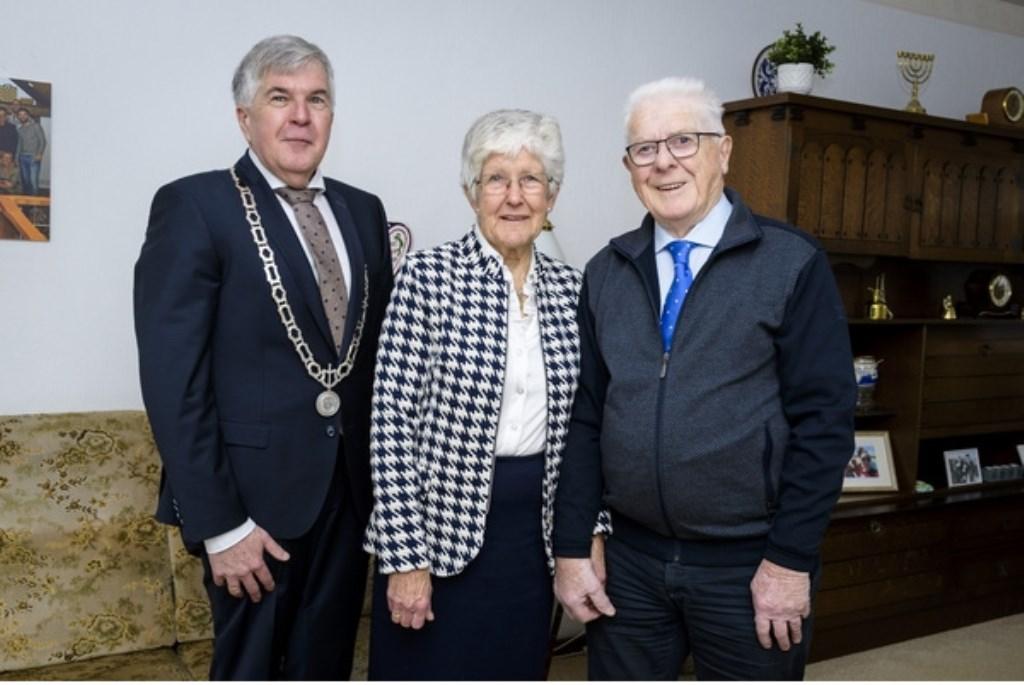 • Echtpaar Van de Oever met wethouder De Ruijter.