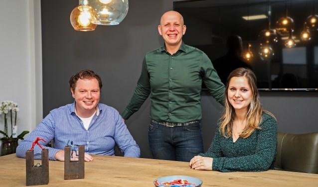 • Vlnr. Johan Mans, William van den Oever en Nicolien Vissers in de spreekkamer van het nieuwe kantoor aan de Rondgang 26 in Gameren.