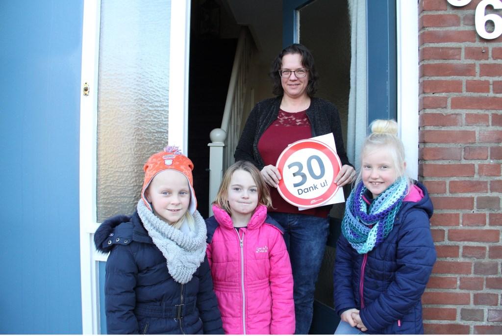 • Vlnr: Eva (7), Milou (7) en Fabienne (5) hebben plezier in de actie. Foto: Anne Marie Hoekstra © Alblasserwaard