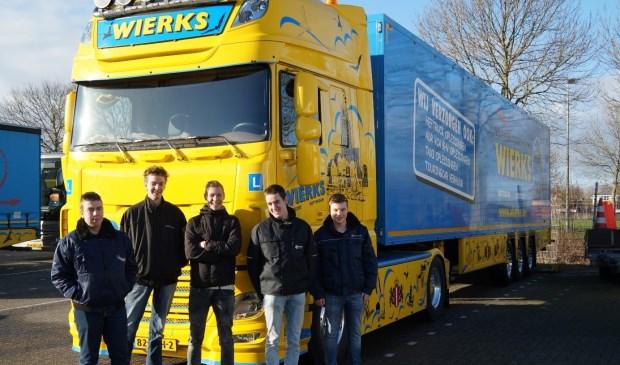 • Leerlingen van Het Gilde bij een vrachtwagen van Wierks.