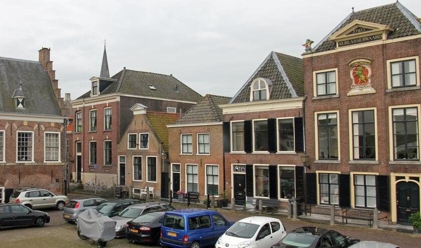 • Een deel van de Voorstraat; uiterst rechts staat het Waterschapshuis, waar de Commissaris van de Koning gaat wonen.