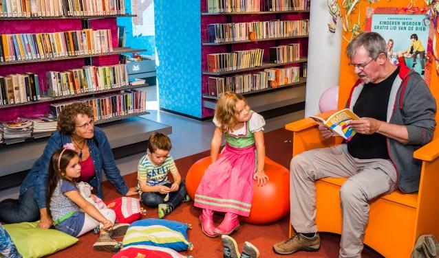 • John Toxopeus tijdens de opening van de Kinderboekenweek in de Viaanse bibliotheek, in 2016.