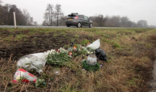 • Op de plek van het ongeval werden bloemen neergelegd.