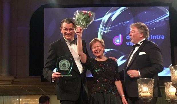 • Coby van Dongen, commercieel directeur, en Paul van Laarhoven (links), commercieel manager van de Jong Intra Vakanties, zijn trots op de Vakantie Awards.