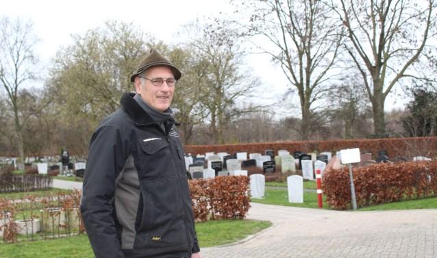 • Arie Boom op de algemene begraafplaats in Lekkerkerk.