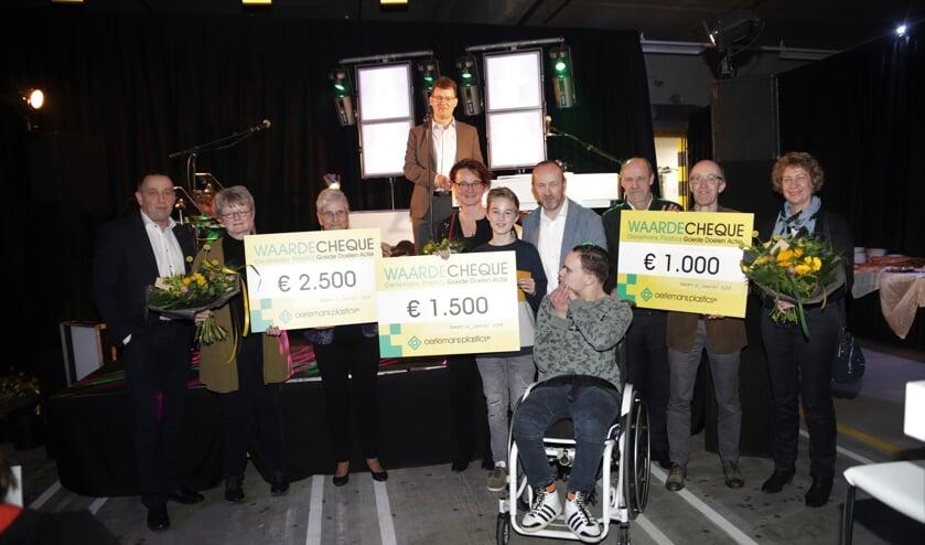 De winnaars met hun cheques.