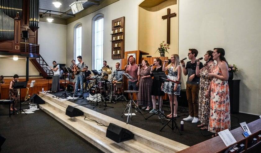 De jeugdsamenkomsten in Almkerk trekken na 50 jaar nog steeds veel publiek.
