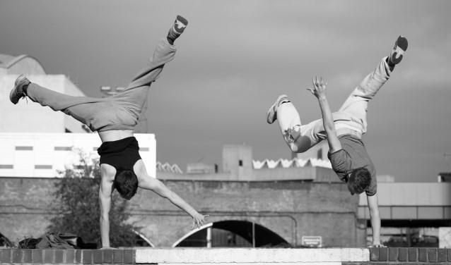 • Twee jongens die aan freerun doen.