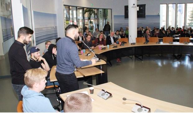 • Enkele jongeren tijdens hun presentatie in het Papendrechtse gemeentehuis.