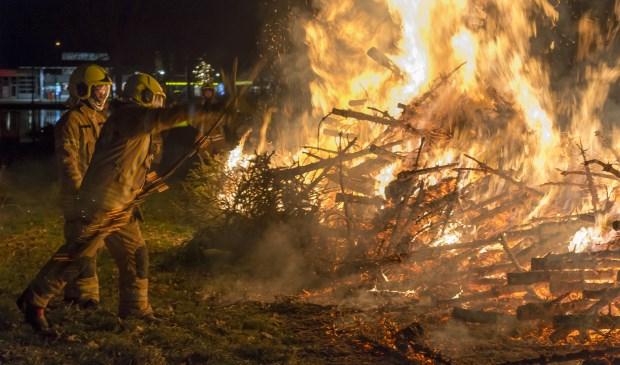 • Op het Zwaneneiland in Krimpen aan den IJssel gingen woensdagavond weer vele honderden kerstbomen in vlammen op.