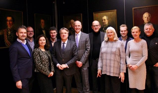 Waarnemend burgemeester Marcel Fränzel (midden) tussen alle lijsttrekkers van de gemeenteraadsverkiezingen in Altena.