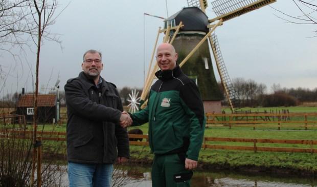 • Sjaak Kreeft, schoolleiding onderwijs Wellantcollege (links) en Ruben Laman, parkmanager Avonturenboerderij Molenwaard schudden elkaar de hand.