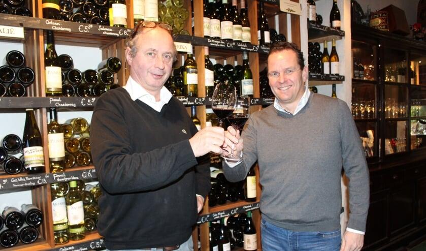 • Huub Oostendorp en Marcel Driesse proosten op de samenwerking.