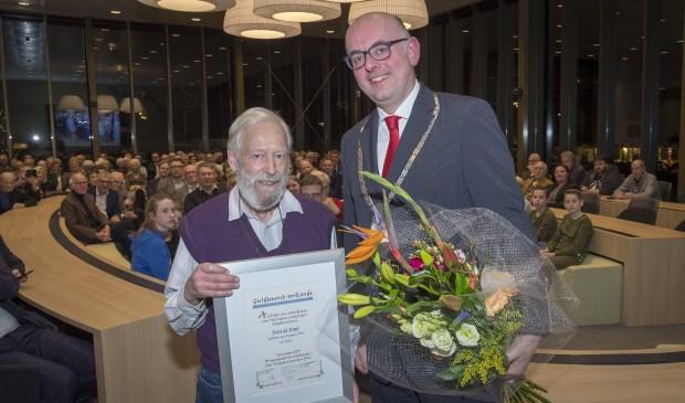 • Jos de Nood kreeg uit handen van burgemeester Martijn Vroom de Guldemont-oorkonde 2018 uitgereikt.