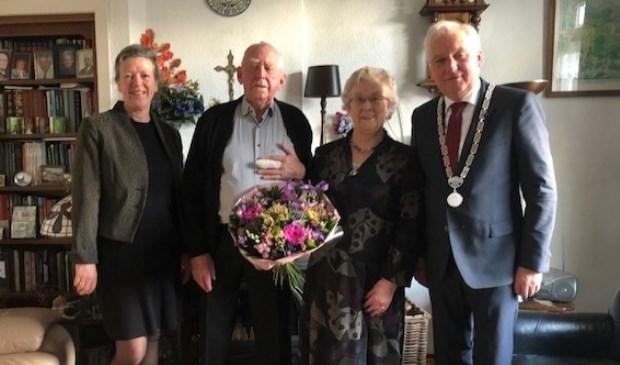 • Echtpaar Rietveld met burgemeester Van der Borg en zijn vrouw.