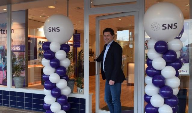 • Rob van Hal bij de entree van de nieuwe vestiging in Alblasserdam.