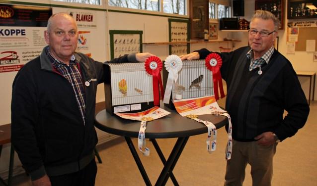 • Kees van Zwienen en Leo Wooning met hun kampioensvogels.