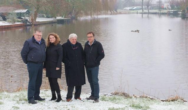 • Het gondelvaartcomité nabij Oosteinde 42, met v.l.n.r. Jan van Steenis, Linda Maat, Arie den Boer en Ap Kremer.