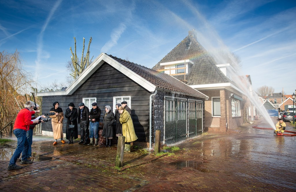 De brandweer zorgde voor de regen. Foto: Marijke Verhoef © Alblasserwaard