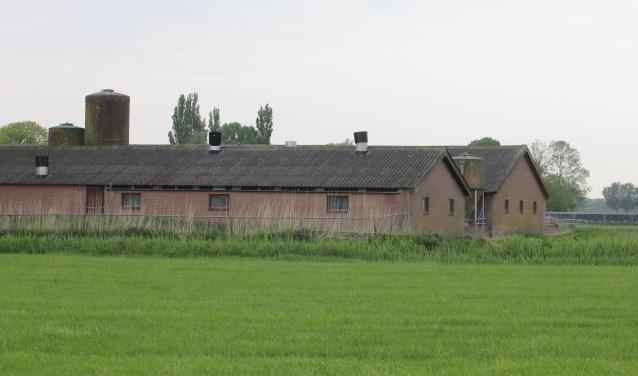 • Van der Schans was eerder van plan oude varkensstallen aan de Schoofbandweg om te bouwen tot geitenstallen.