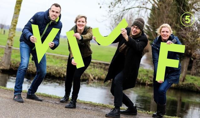 Max Broekhoff, Marijke Verhoef, Geurt Mouthaan en Jolanda Smit van Kontakt Mediapartners presenteren het logo van VIJF.