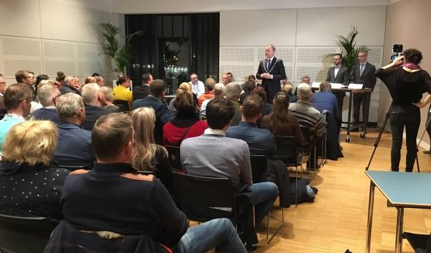 • Burgemeester Paans aan het woord tijdens de bewonersavond in Landvast.
