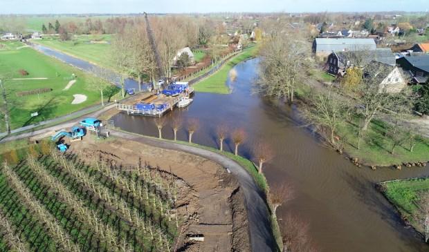 • De Giessen in Noordeloos waar de kade versterkt wordt.