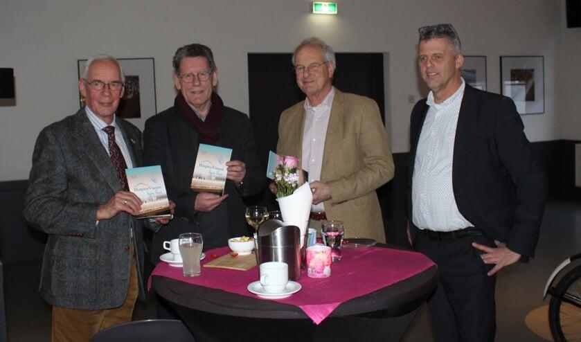 • Voorzitter Geert Tieman (rechts) deed de overhandiging.