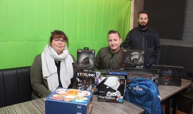 • Janneke, Rowdy en Rob in de studio, met een selectie van de spullen voor de veiling en verlotingen.