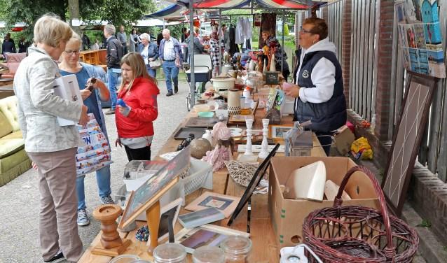 • Archieffoto van de rommelmarkt van Meerkerk.
