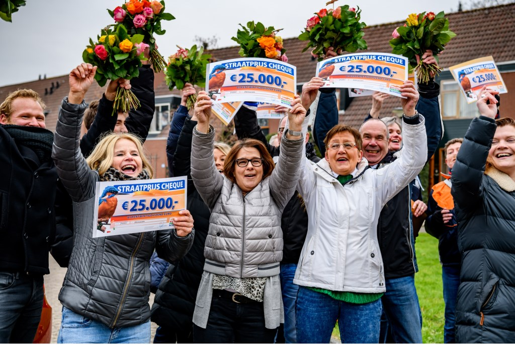 • Enkele winnaars van 25.000 euro in Alblasserdam.  © Klaroen