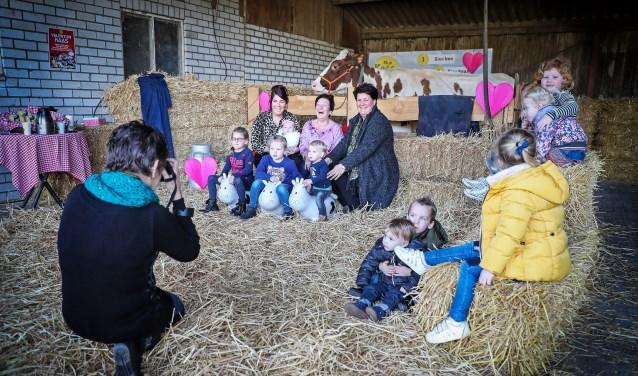 • Jong en oud maakte gebruik van de gratis fotoshoot. En ook de koeien vonden het hartstikke leuk om model te staan op Valentijnsdag.