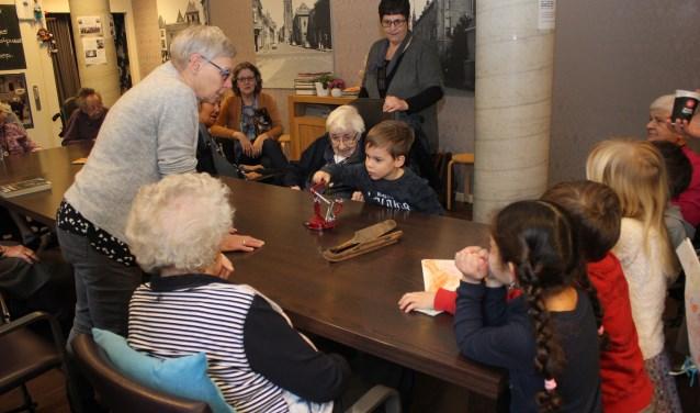 • Tot verrassing van de ouderen herkennen de kinderen meteen een appelboor en ouderwetse schaatsen.