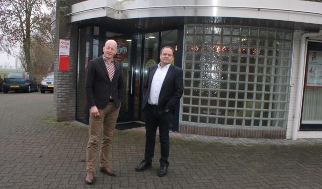 • René den Otter (links) en Robert Maas bij het kantoor in Bruchem.