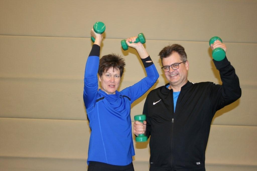 • Mariëlle en Marcel vinden de oefeningen met gewichten het leukst. Foto: Philippe van Heusden © Bommelerwaard