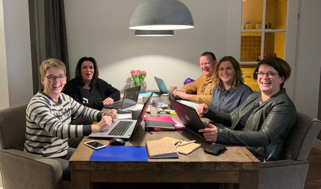 De makers van de quiz: Margret van der Mooren, Eric Haar, Brenda van Roosmalen, Silvia Vos en Ria van de Wetering.
